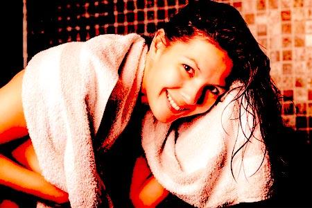 chica secando el pelo con toalla
